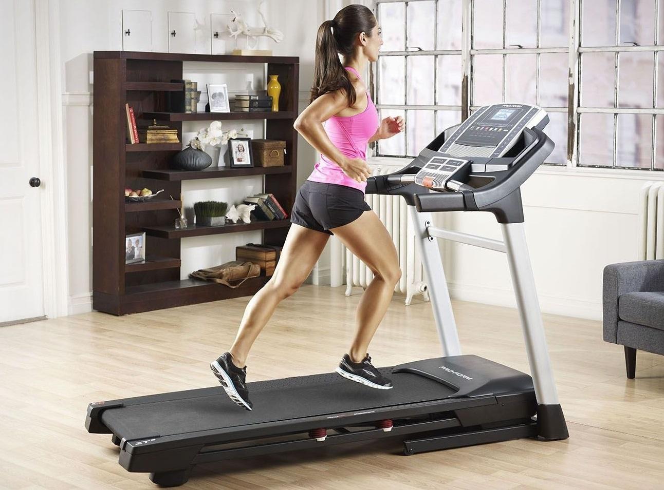 тренировка девушек в спортзале