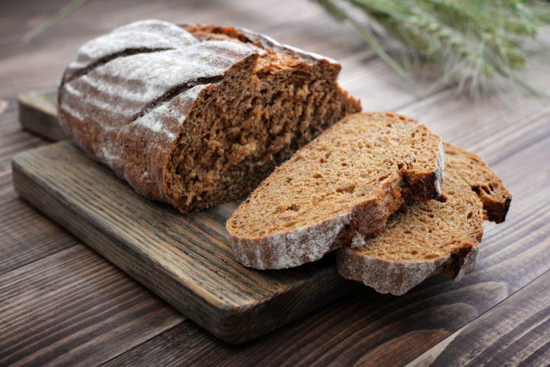 Сколько калорий в белом, сером или черном хлебе и батоне на 100 грамм
